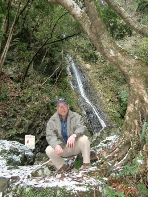 「五光の滝」の前で上西さん