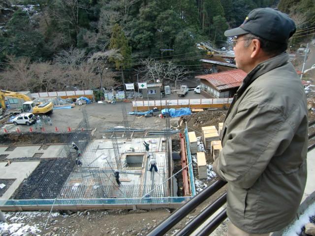 「やどり温泉 いやしの湯」建設現場を見る上西さん