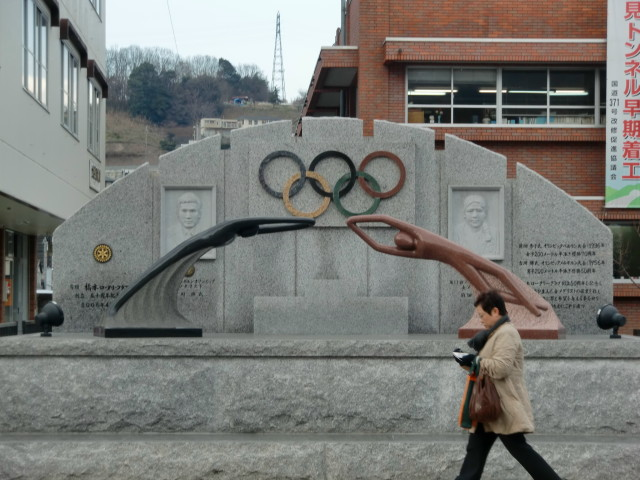 橋本市の名誉市民、古川さんと前畑さんの顕彰碑(市役所前で)