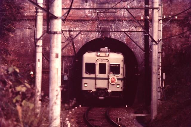 トンネル抜け紀見峠へ颯爽と 1971年22000系(1)