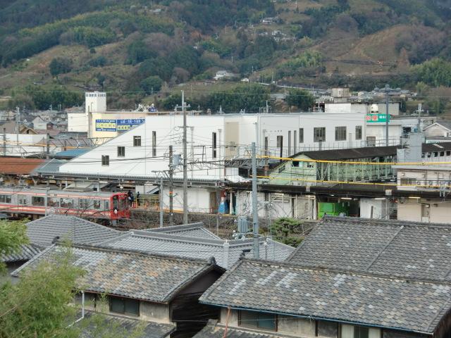 完成した橋本駅の渡線橋(白い建物)と古い渡線橋(黒っぽい建物)