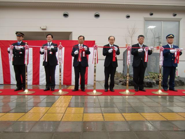 テープカットで橋本駅の工事完成を祝う木下・橋本市長や鉄道、行政関係者ら