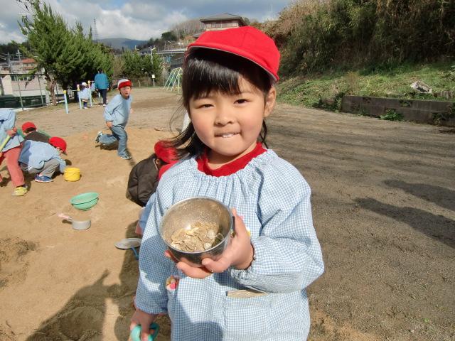 「わあー、砂場で貝殻拾ったよ」橋本幼稚園児ら大喜び。