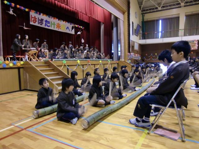 長い竹の楽器を太鼓とともに演奏する橋本小学校四年生