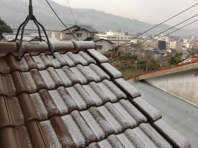 うっすら春の雪、紀州・橋本地方。梅の花美しく