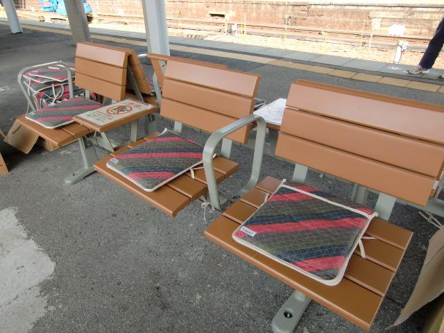 橋本中の生徒たちの手縫い座布団が敷かれたJR橋本駅のベンチ