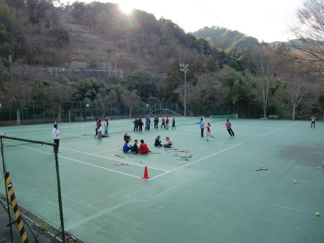 テニスコートで縄跳びする選手たち