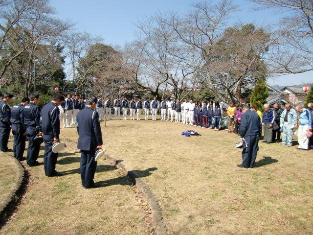 東日本巨大地震の犠牲者の冥福を祈り黙祷する橋本高校野球部員ら