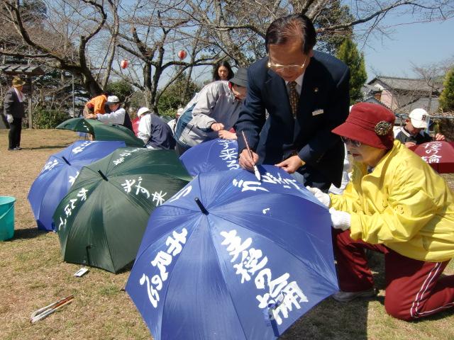 置き傘に激励文を書く橋本高校野球部員ら