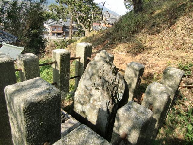 織田秀信公の自然石の墓石