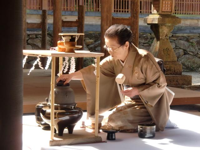 東日本の復興を祈願、丹生都比売神社で献茶式