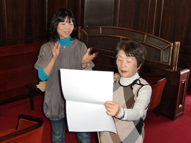 橋本で初めて歌謡指導する歌手・宮本さん(左)
