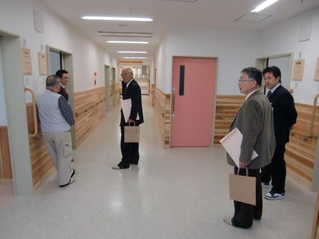 天佳苑・新館の内覧会で施設内を見学する招待客ら