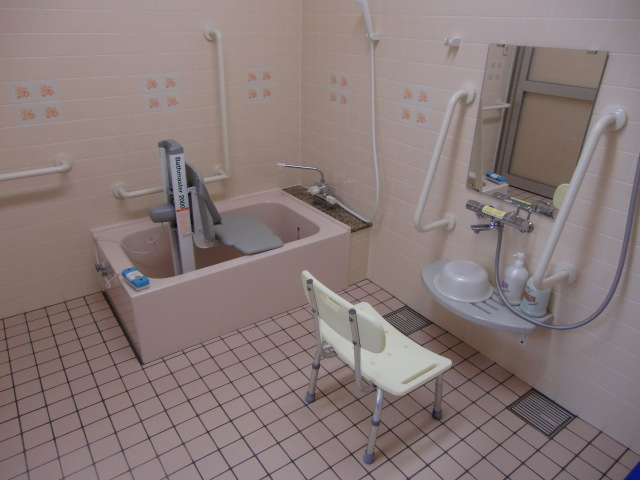 足腰が不自由な人でも楽に入浴できる浴場