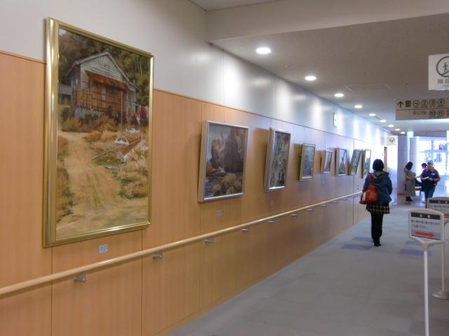 橋本市民病院の廊下の壁に飾られた橋本絵画同好会員の作品