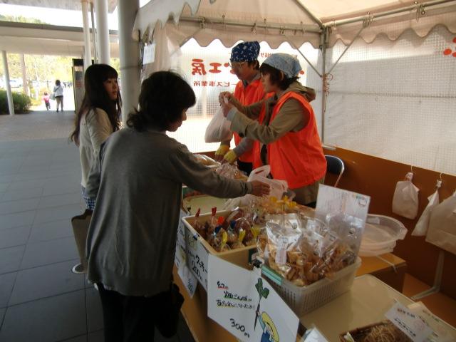 障害者支援「売店」が好評、橋本市民病院前