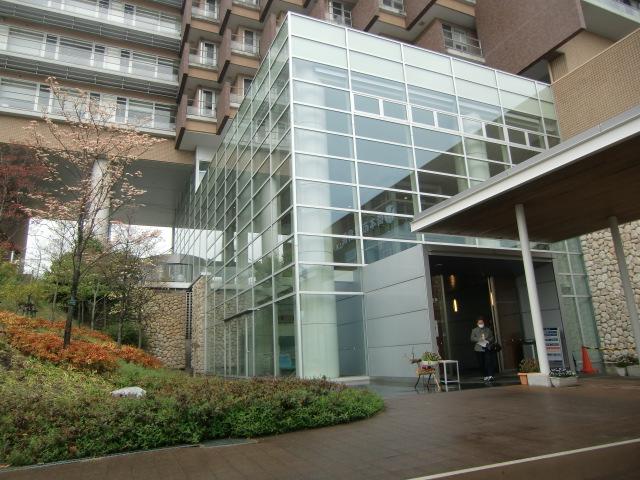図書館は市民病院前バス停から病院玄関を入った奥にある