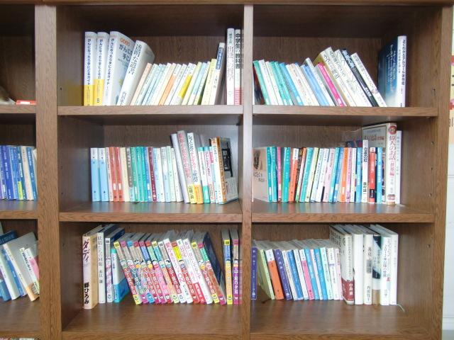 500冊の本が並ぶ橋本市民病院の図書館