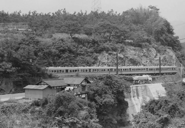 電車、瀬間滝を走る~ゆっくり、また速く…