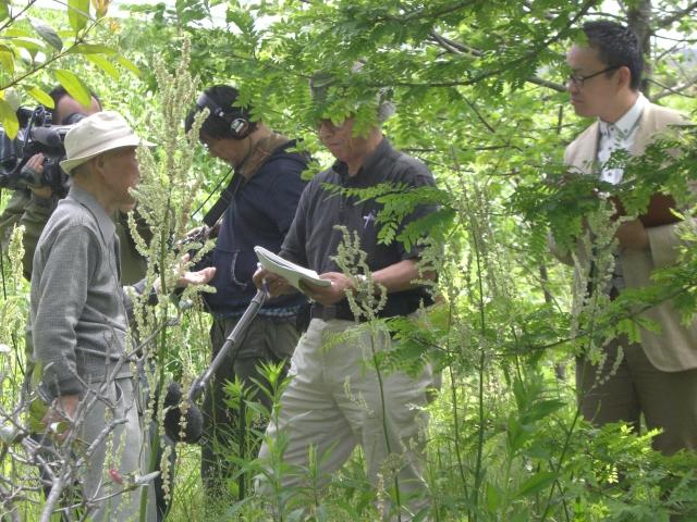 森林の中で福田さんと一緒に田中医師のお話を聞きました