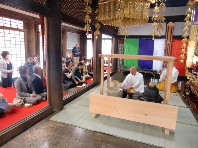 宮本住職のお点前を見ながらお茶を待つ参列者たち