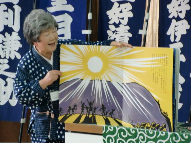 絵本「半日村」を東北弁で語る川嶋さん