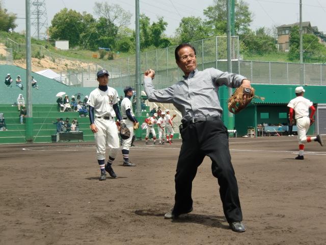 橋本高校の野球部員に投球をアドバスする向井委員長(元・毎日オリオンズ投手)