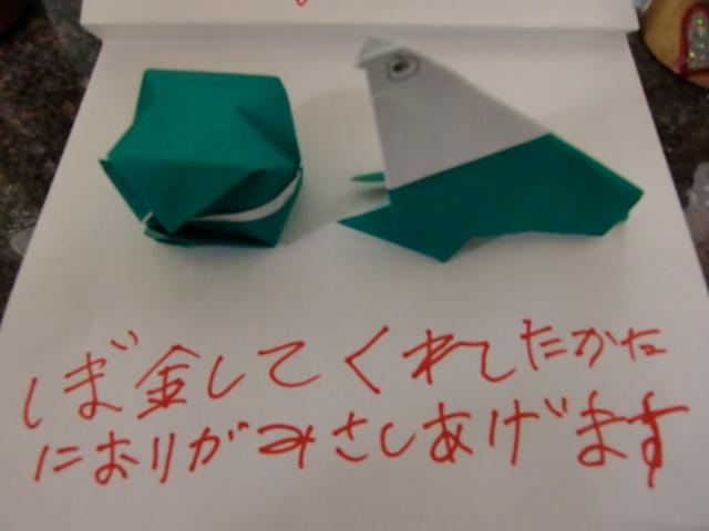 義援金箱の前に置かれた風船とアザラシの折り紙