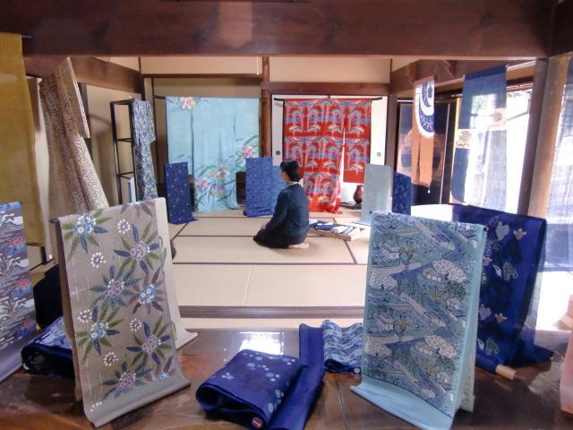 「南風の紅型染展」開幕、堀内さんと弟子たち