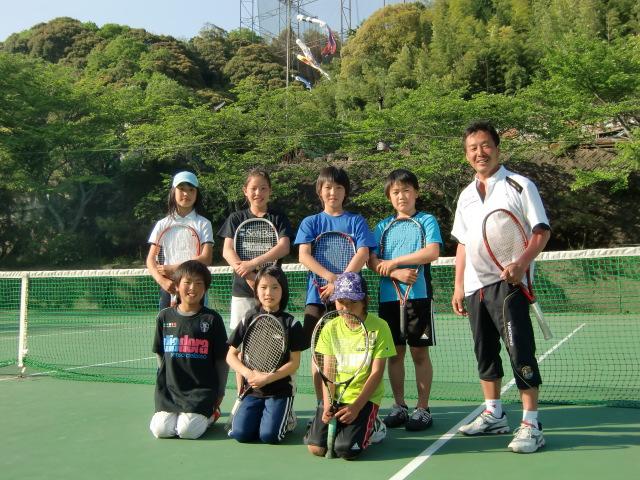 白川代表と世話になったテニスコートで記念撮影する選手たち