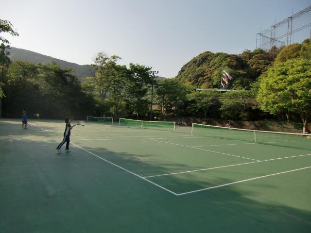 テニスコートとお別れ練習に励む女子選手