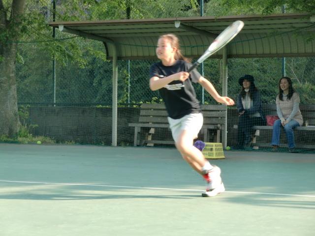 テニスコートさよなら練習、取り壊し控え児童ら