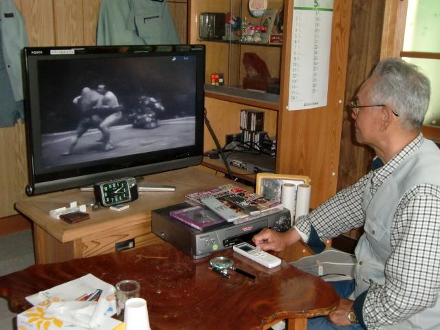 自室でビデオ「昭和の名力士」を見る大森さん