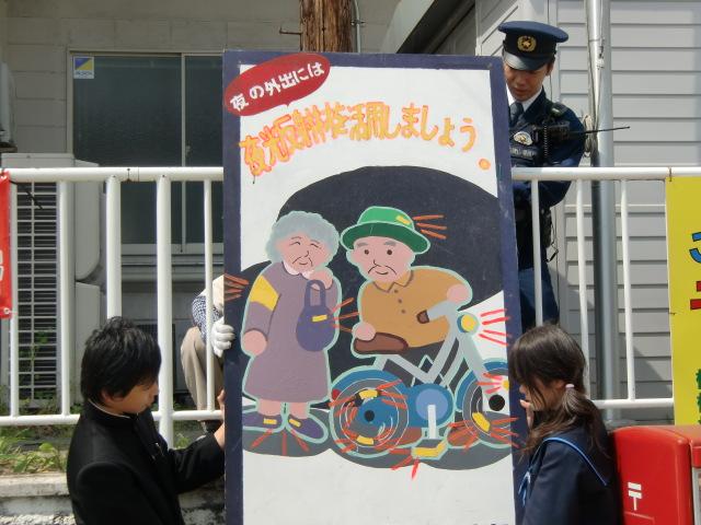 先輩が制作した看板を橋本駅前に取り付ける橋本中生徒たち