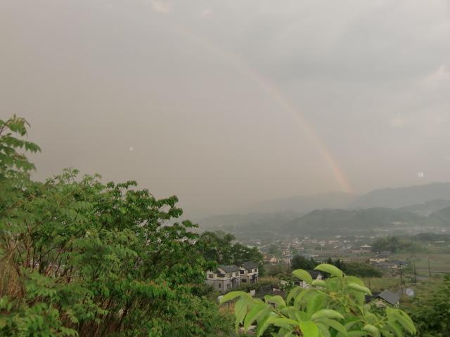紀伊山地から立つ七色の虹(手前は柿若葉)