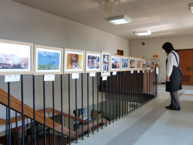 橋本図書館で開かれている生き生き学園の写真クラブの写真展