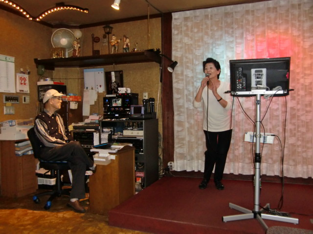 音響機械の前に陣取り絶えず音響を調節する長澤さん(左)
