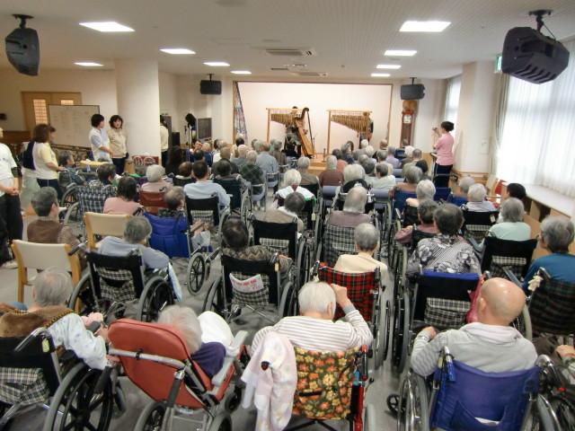 お年寄りで満員になった竹楽器の演奏会