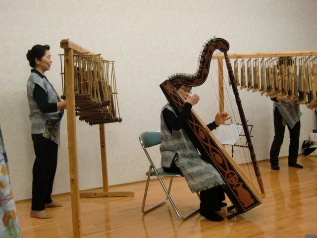 珍しいアルパ(中)とアンクルン(左、右)の演奏会