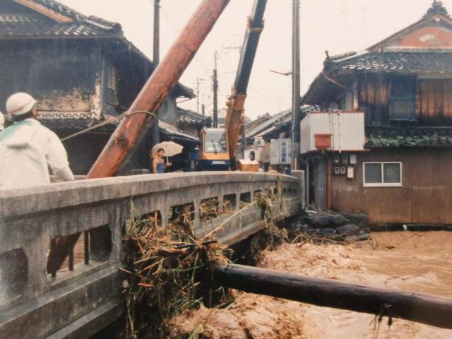 増水した松ヶ枝橋からの漂流物の撤去作業(阪口さん撮影)