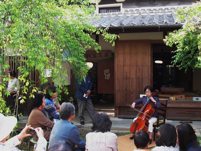 堂本さんのチェロ演奏に聞き入る人たち