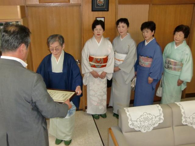 木瀬町長から実行賞を受ける福岡さん(後ろは社中の皆さん)