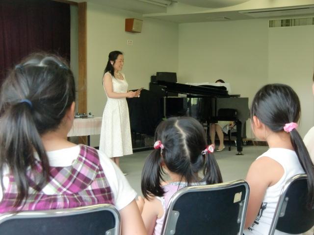 「子ども支援」に心を込めて歌う尾上利香さん