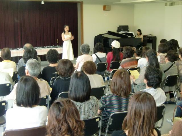 尾上さんのチャリティーコンサートは支援者らで満員になった