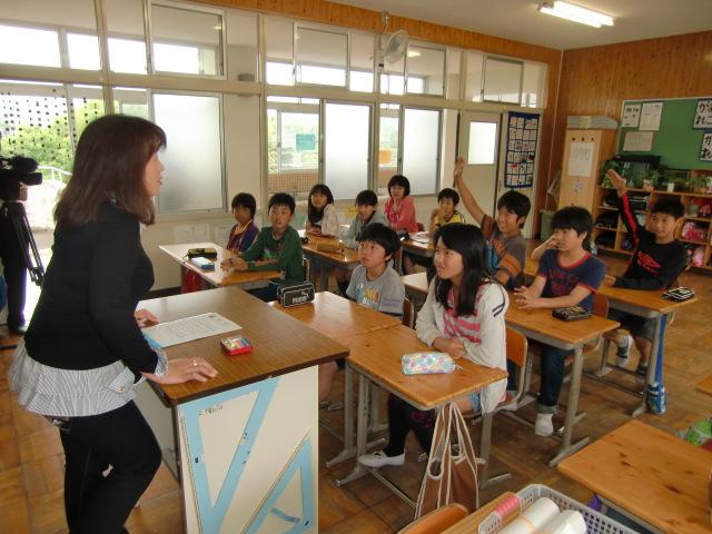 「時」について活発に発言する恋野小学校の児童たち