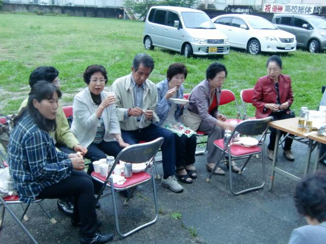 バイキング料理を楽しむ蛍鑑賞会の参加者ら(慶風高校)