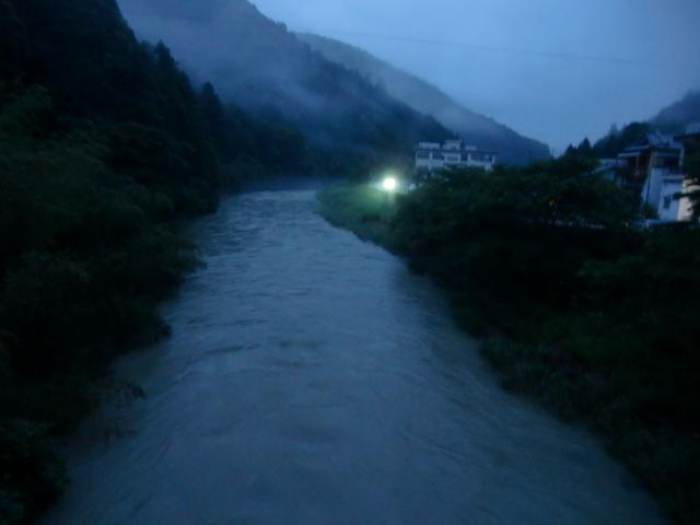 午後8時ごろ蛍が群れ飛ぶ貴志川の田村橋上流
