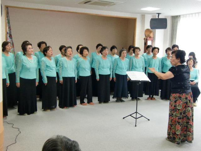 お年寄りに歌声を披露するコーラス・メンバーら お年寄りに歌声を披露するコーラス・メンバーら 和歌