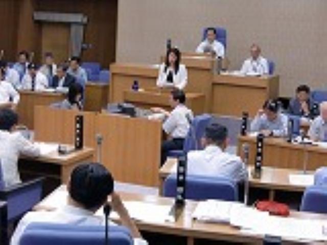 橋本市議会を傍聴する政策研のメンバーや市民ら