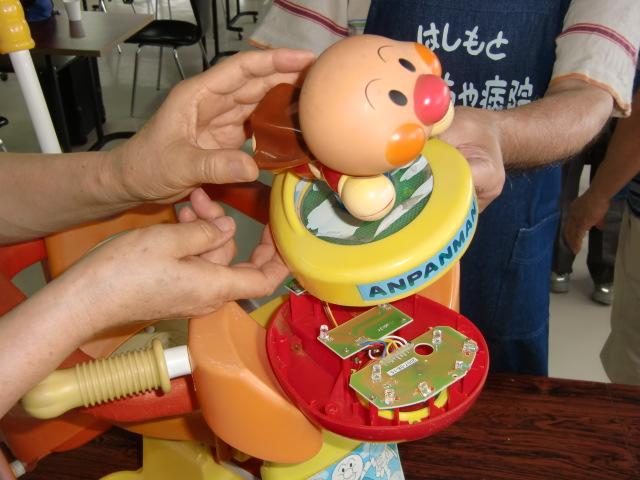 おもちゃ治療にあたる柏木院長らドクター